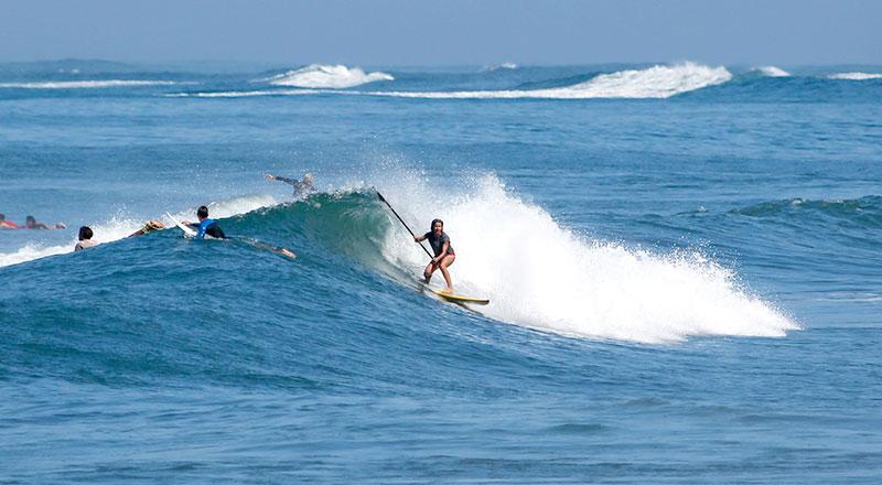 Rita Pires a  fazer Stand Up Paddle na praia de Batu Bolong em Canggu, Bali.