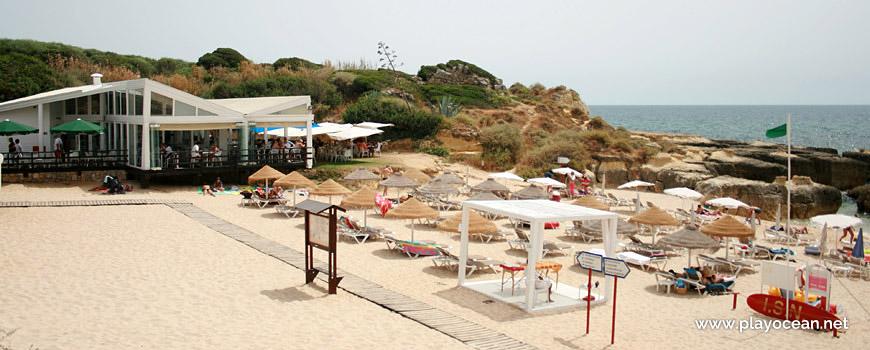 Concessão e aluguer de camas e chapéus de palha, na Praia do ...