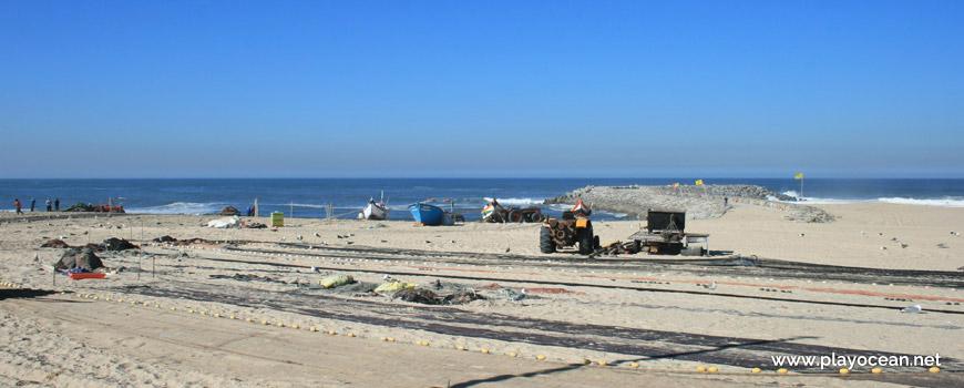 Redes na Praia do Bairro Piscatório