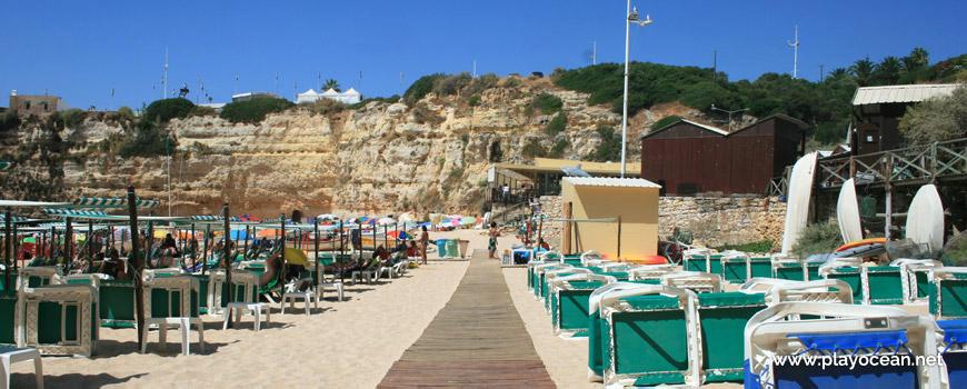 Camas e toldos na Praia da Senhora da Rocha