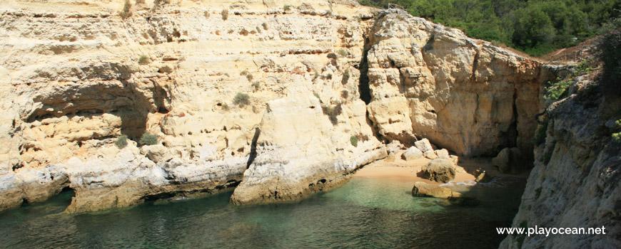 Praia do Vale Espinhaço Beach, cliff base