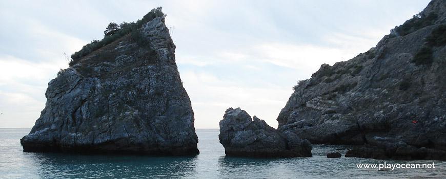 Rochedos na Praia da Ribeira do Cavalo.