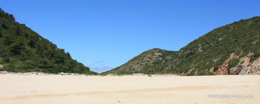 Montes verdejantes na Praia da Figueira