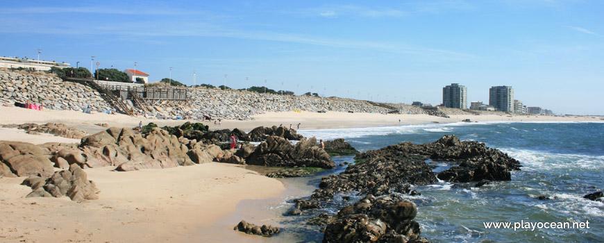Rochas na Praia das Caxinas