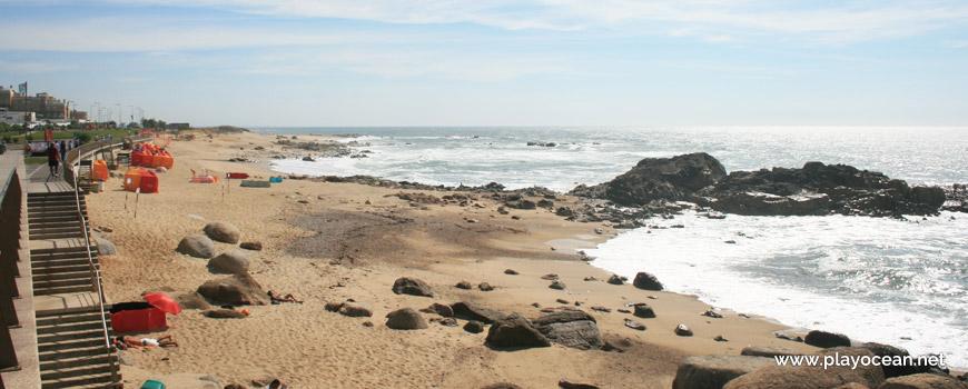Rochas na Praia das Pedras Amarelas